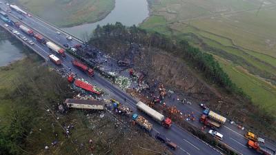 运油车爆炸现场一片狼藉。(新华社照片)