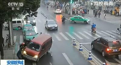 十几名市民合力抬车,在短短48秒内救出少女。