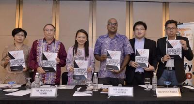 杰拉德(左4)与在场嘉宾和主讲者拿着2015年马来西亚种族歧视报告合影,左起为夏美玉、安德鲁、杨巧双、蔡有明以及阿兹鲁。