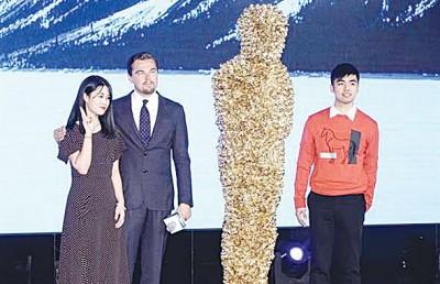 里奥纳度在北京记者会上,获赠一只大型小金人,但小金人外型让网友相当错愕。