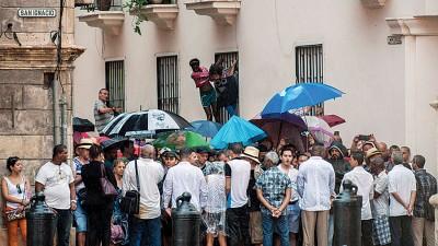 数以十万计群众在古城区的封锁线外候,盼望同睹美国总统的派头。(法新社照片)