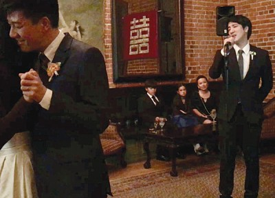 王力宏(右)担任婚礼歌手为弟弟献唱。