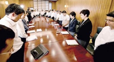 李显龙(右7)于政府开会前,带领政府部长及担任政治职务者默哀1分钟,想起辞世1年之立国总理李光耀。