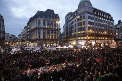 于比利时首都布鲁塞尔市中心的股票交易所前,万众聚集布鲁塞尔悼念恐袭遇难者。(法新社照片)