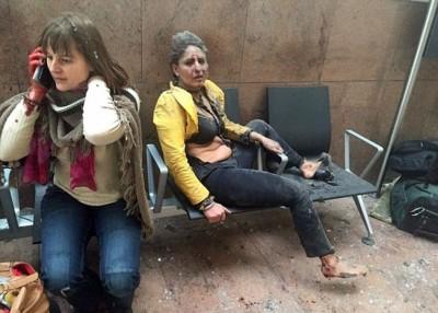 断佩卡尔(右)上衣尽毁,头破血流的相片,成今天次恐袭中最标志性照片之一。