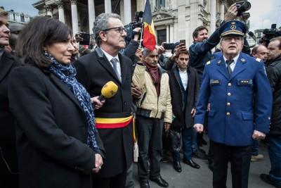 于布鲁塞尔,巴黎市长伊达戈(左)同布鲁塞尔市长马耶尔(吃)联合出席民间也遇难者举行的哀悼仪式。