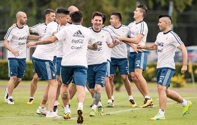 阿奎罗(右一)如梅西(右五)归队大大提升阿根廷帮士气。