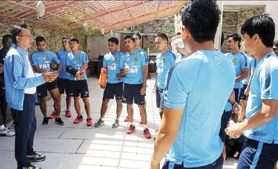 国足司令员王金瑞(左1)每当训练前给予球员讲解训练内容。