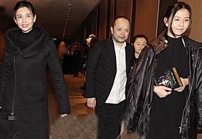 港片女神榜位列前茅的邱淑贞(左)现身台北。