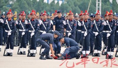 热晕了!十多名警官在骄阳下列队,以酷热难耐而晕倒。