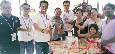 沈志强(左3)及李凯伦(左5)巡视投票站。