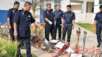 哈林副警监检查起获的21个摩托车骨架。