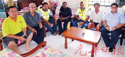 萧振三(右2)的中受到关注,黄美圆(右起)、拉萨里、警官慕姆、警官阿末、刘又添和黄德和赴给予慰问。