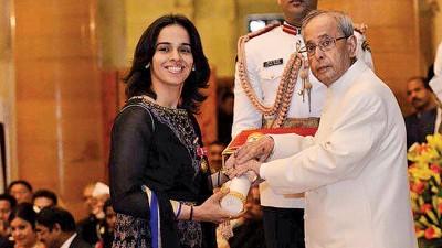 印度总统发表莲花装勋章予赛娜内娃(左)。