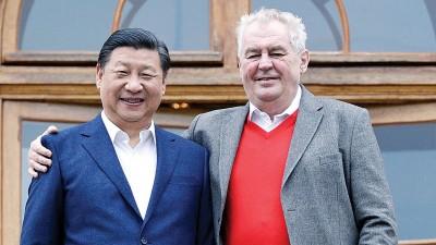 中国国家主席习近平在布拉格拉尼庄园同捷克总统泽曼举行会晤。(法新社照片)