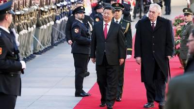 习近平在捷克总统泽曼陪同下,检阅仪仗队。(新华社照片)