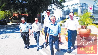 潘俭伟(右2)星期三到全国警察总部接受录取口供,左起蔡秋发、林立迎、张聒翔及张志坚。