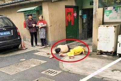 蒋师傅表现该女子跳楼轻生,毅然跑到楼宇下方接人。个别人口(红圈示)赶上在一块后当场倒地无打。