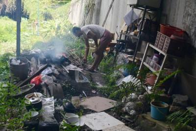 卢国发生火煮饭是用最原始的方法,找几根树枝当柴点燃,然后把锅直接放在木柴上。