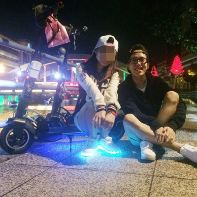 """死者高国聪是电动滑板车""""发烧友"""",时常会和女友一起乘电动滑板车出外拍拖。"""