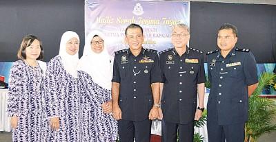 新旧加央警区主任与夫人及沙菲益(右3)合影。左起:邓心敏、西诺娜、诺丽哈、沙菲益、阿都拉曼及华理玖。