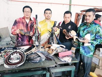 莫哈末(左起)、沙鲁汀、马芝南及沙哈里准备销毁的仿制品。
