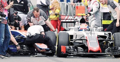 哈亚托在维修站区撞上格罗斯让的赛车。