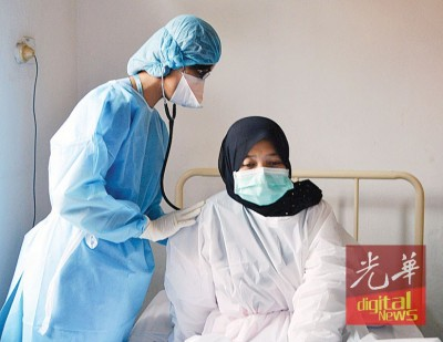 马泰两国禽流感演习,医生为患者治疗。