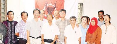 陈楚江(左4)宣布退出公正党,并成立西塘区人民党支部。左3为辜瑞荣,右1为吴君伦。