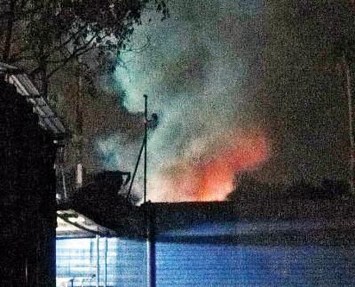 车厂在夜晚焚烧轮胎发出异味,引起居民不满。
