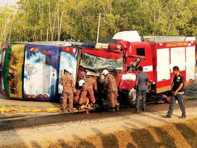 长途巴士与消防车相撞后翻覆,车身严重损坏。