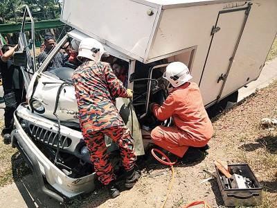 消除拯员设法移出让夹伤在罗里车外的伤员。
