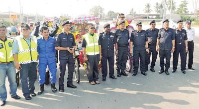 威南警方在槟霹边界迎接马六甲三轮车队。左6为古那等人。