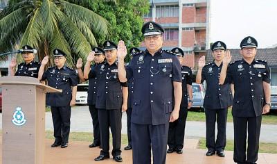 岑振强(前者)在警方月常集会后向记者发表此案。