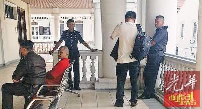 林荣洲背对避开记者。