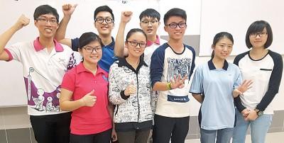 中华4A考生左起林征平、黄莹莹、郑律文、许诗筠、曾旭昇、林建良、陈洁依及陈凯乐。