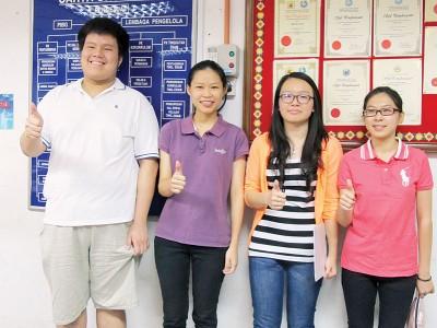 四位全A+学生合照,左起黄长溢、黄琪婷、罗梓榕及张宝盈。