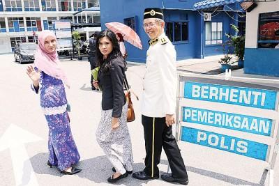 努力鲁(左起)以律师和蔡添强之伴随下,进去警局录供。
