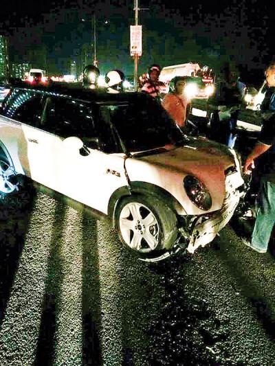白色迷你库柏失控撞上电灯柱,损坏严重。