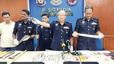 (槟城14日讯)一对华印邻居劫匪,在新港制造假车祸真抢劫的案件时落网,被揭发两人之前曾犯下多起劫案,累积涉及财物多达5万令吉。