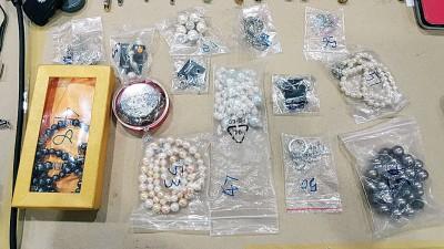 2名嫌犯盗取了约1万令吉财物。