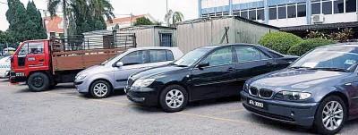 华都牙也警方在行动中起回的3辆轿车及1辆罗里。