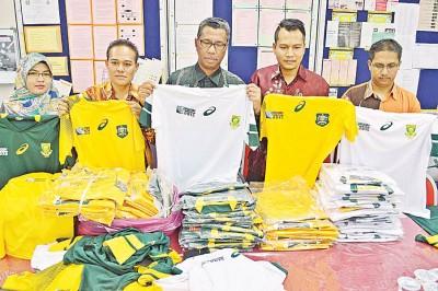 萨玛(左3)及玻州贸消局官员展示起获的仿冒球衣。