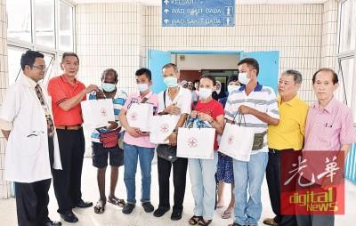 江作华(左2)率领槟州防范肺痨协会理事前往槟城政府医院,分派礼品和红包予肺痨患者,左为胸腔专科医生伊尔凡。