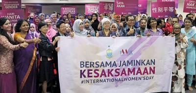 章瑛(左6)、众嘉宾和参与者高举纸牌,以表达两性平等的权益。