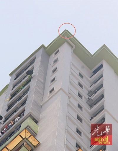 水晶公寓水泥屋顶疑是被雷击中导致碎片掉落。
