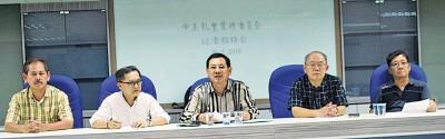 许永嘉(中)在许永欣、刁楷铭、吴春明及方俊义陪同下召开记者会。