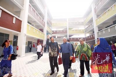 仪式后,马哈兹尔(右3)在沙阿里、哈扎(右起)等人,陪同下巡视新教育大楼。