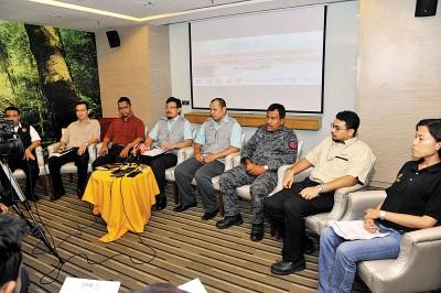 马来西亚国家建筑业发展局槟州分局联合其他7机构检举建筑工业地后,联合召开记者会,左4为拉斯林。