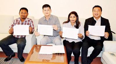 赛夫阿兹万(左起)、王耶宗、卡拉与吴俊强促请有意申请小贩执照者,于3月21日早上前往旧关仔角市政厅大厦登记及面试。